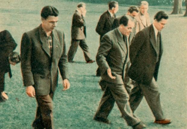 """""""Solche Leute"""" - NationalTrainer Herberger (mitte) mit den TeBe-Spielern Podratz (rechts) und Junik (links) während eines Lehrgangs für Nationalspieler in den 1950er Jahren. Illustration: OK Kaugummi, Band IV, Bild 2; Sammlung Buschbom."""